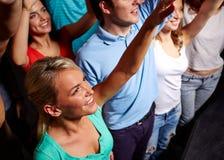 Amis de sourire au concert dans le club Images libres de droits