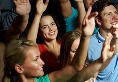 Amis de sourire au concert dans le club Photo stock