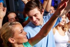 Amis de sourire au concert dans le club Image stock