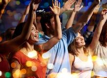 Amis de sourire au concert dans le club Images stock