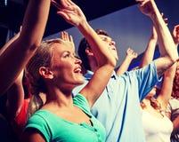 Amis de sourire au concert dans le club Image libre de droits