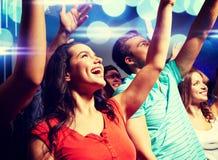 Amis de sourire au concert dans le club Photo libre de droits
