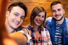 Amis de sourire au restaurant Photo stock