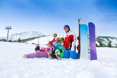 Amis de sourire avec des surfs des neiges dans les montagnes Image libre de droits
