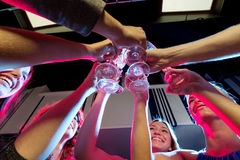 Amis de sourire avec des verres de champagne dans le club Image libre de droits
