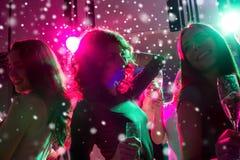 Amis de sourire avec des verres de champagne dans le club Photo stock