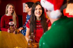 Amis de sourire avec l'accessoire de Noël Photos libres de droits
