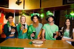 Amis de sourire avec l'accessoire irlandais Photo libre de droits