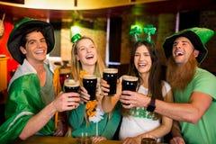 Amis de sourire avec l'accessoire irlandais Images libres de droits