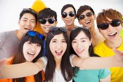 amis de sourire avec l'appareil-photo prenant le selfie Photos stock
