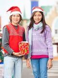 Amis de sourire avec le cadeau de Noël Images stock