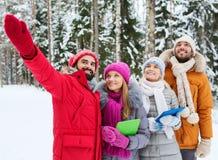 Amis de sourire avec le PC de comprimé dans la forêt d'hiver Images libres de droits