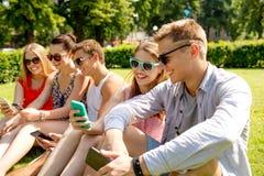Amis de sourire avec le smartphone faisant le selfie Images libres de droits