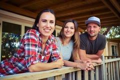 Amis de sourire avec plaisir posant ensemble à l'appareil-photo Photographie stock libre de droits