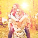 Amis de sourire ayant l'amusement dans le parc d'automne Images stock