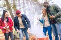 Amis de sourire ayant l'amusement dans le terrain de camping Photo libre de droits