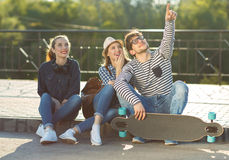 Amis de sourire ayant l'amusement dehors Photo libre de droits