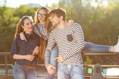 Amis de sourire ayant l'amusement dehors Image libre de droits