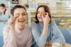 Amis de sourire ayant l'amusement en café Photos stock