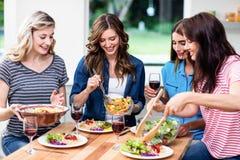 Amis de sourire ayant la nourriture Images libres de droits