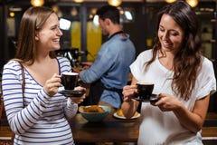 Amis de sourire ayant le café Photo libre de droits