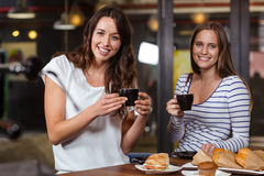 Amis de sourire ayant le café Photo stock
