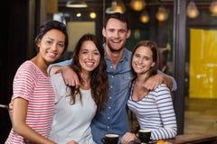 Amis de sourire ayant le café Photographie stock