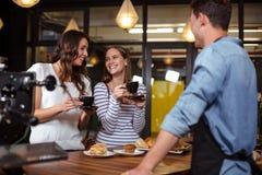 Amis de sourire ayant le café Image libre de droits
