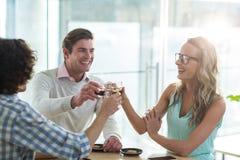 Amis de sourire ayant une tasse de café dans le café Photos libres de droits