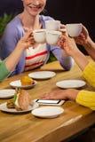 Amis de sourire buvant du café Photographie stock libre de droits