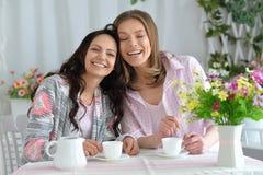 Amis de sourire buvant du thé Image stock