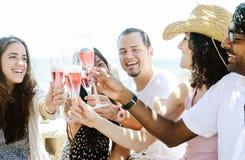 Amis de sourire célébrant une occasion spéciale avec des boissons Image libre de droits