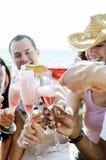 Amis de sourire célébrant une occasion spéciale avec des boissons Image stock