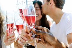 Amis de sourire célébrant une occasion spéciale avec des boissons Photos stock