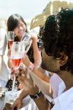 Amis de sourire célébrant une occasion spéciale avec des boissons Images libres de droits