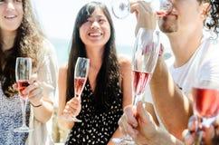 Amis de sourire célébrant une occasion spéciale avec des boissons Photo libre de droits