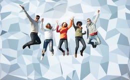 Amis de sourire dans des lunettes de soleil sautant haut Photos stock