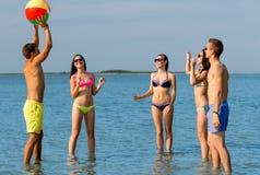Amis de sourire dans des lunettes de soleil sur la plage d'été Image libre de droits