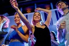 Amis de sourire dansant dans le club Image libre de droits