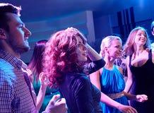 Amis de sourire dansant dans le club Photos libres de droits
