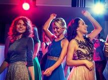 Amis de sourire dansant dans le club Photos stock