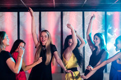 Amis de sourire dansant sur la piste de danse Photo libre de droits