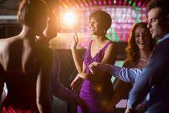 Amis de sourire dansant sur la piste de danse Images libres de droits