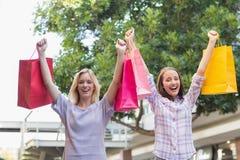 Amis de sourire de femmes tenant des paniers Photo libre de droits