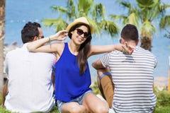 Amis de sourire des vacances de mer d'été Images libres de droits