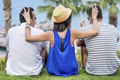 Amis de sourire des vacances de mer d'été Image libre de droits