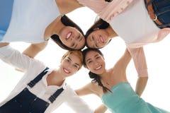 Amis de sourire en cercle Image stock