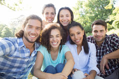 Amis de sourire en parc Photo libre de droits