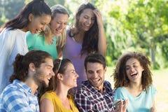 Amis de sourire en parc Image libre de droits