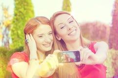 Amis de sourire faisant le selfie Photo stock